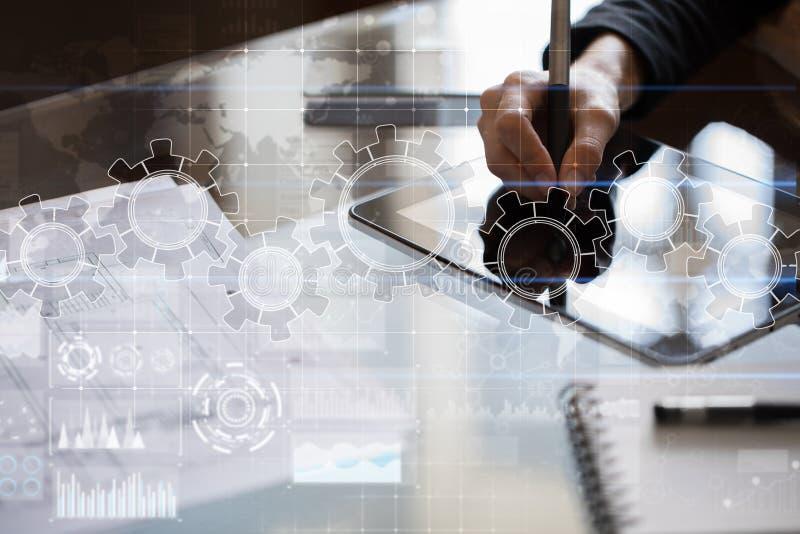 Ingranaggi sullo schermo virtuale Strategia aziendale e concetto di tecnologia Processo di automazione fotografia stock libera da diritti
