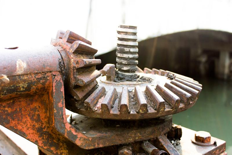 Ingranaggio della puleggia guidata per sollevare il peso della porta d'acciaio immagini stock
