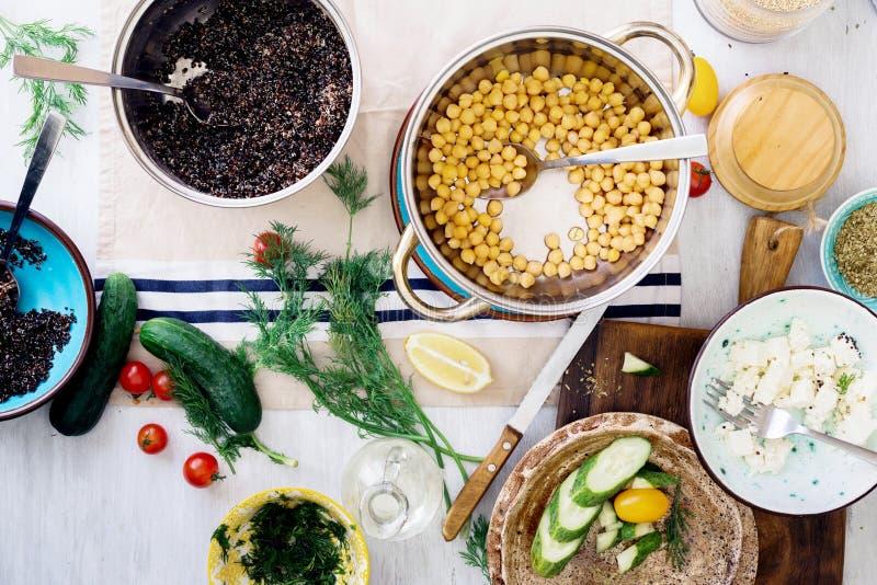 Ingrediënten die gezonde salade met zwarte quinoa, kikkererwt, F koken stock foto's
