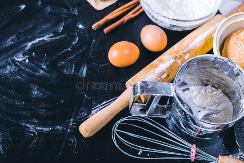 Ingrediënten en werktuig voor baksel stock foto's