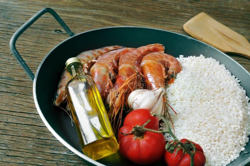 Ingrediënten om een Spaanse paella of arroz een zwarte voor te bereiden royalty-vrije stock afbeeldingen