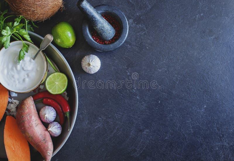 Ingrediënten om Thaise kokosnoten romige soep voor te bereiden Gezond en fre stock fotografie