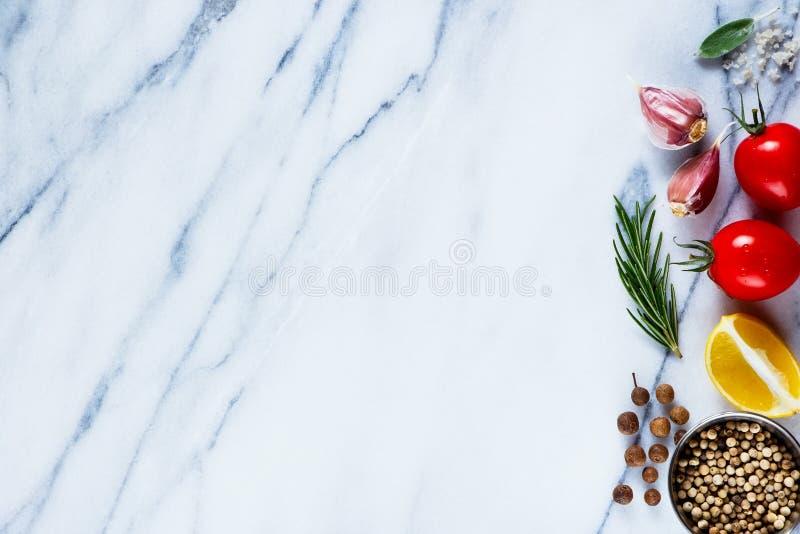 Ingrediënten op marmeren textuur stock afbeeldingen