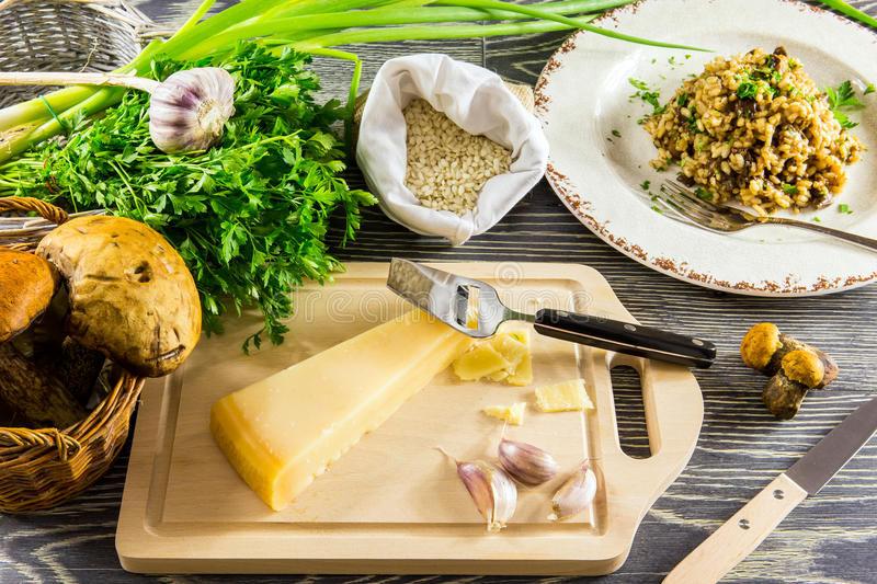Ingrediënten van Italiaanse risotto met paddestoelen royalty-vrije stock afbeelding