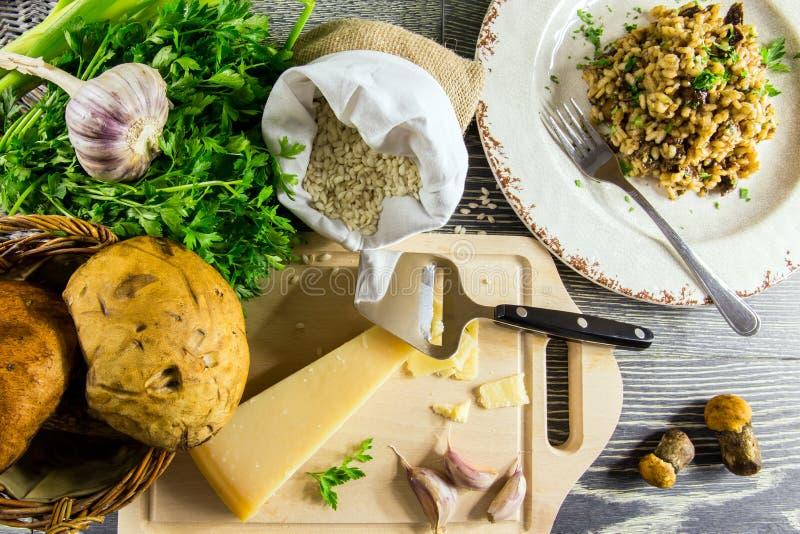 Ingrediënten van Italiaanse risotto met paddestoelen stock afbeeldingen