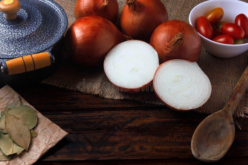 Ingrediënten van uisoep en pan en lepel over rustieke houten keukenlijst stock afbeelding