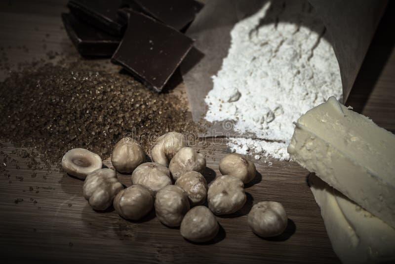 Ingrediënten voor baksel op lichte houten lijst zoals achtergrond royalty-vrije stock fotografie