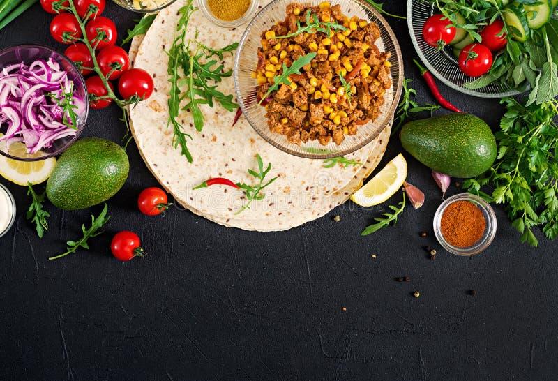 Ingrediënten voor burritosomslagen met rundvlees en groenten op zwarte achtergrond royalty-vrije stock afbeeldingen