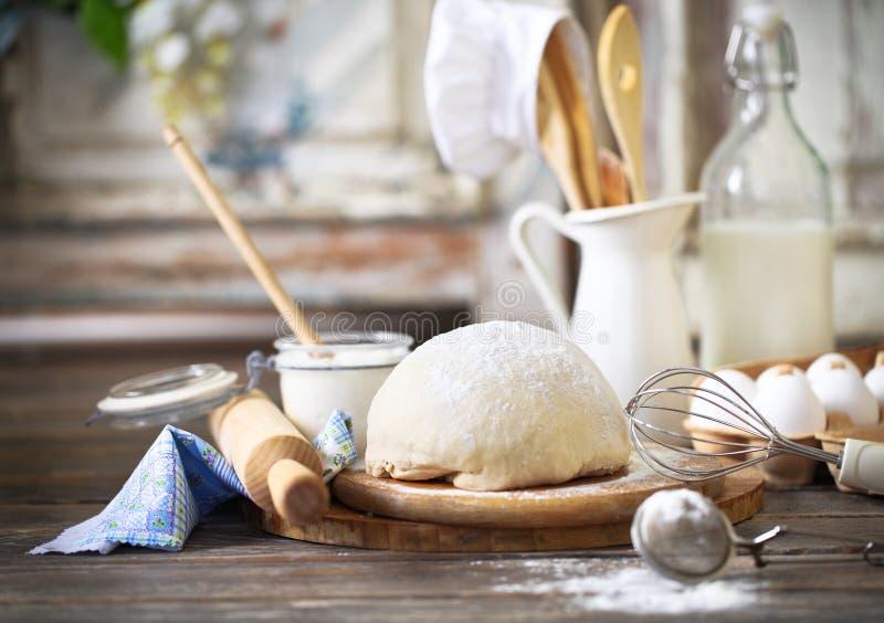 Ingrediënten voor deeg op witte houten lijst stock fotografie