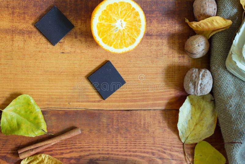 Ingrediënten voor een gezond ontbijt - sinaasappel, kaneel, zwarte chocolade op een houten achtergrond royalty-vrije stock foto