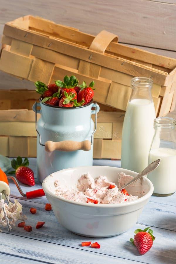 Ingrediënten voor eigengemaakt aardbeiroomijs royalty-vrije stock afbeelding