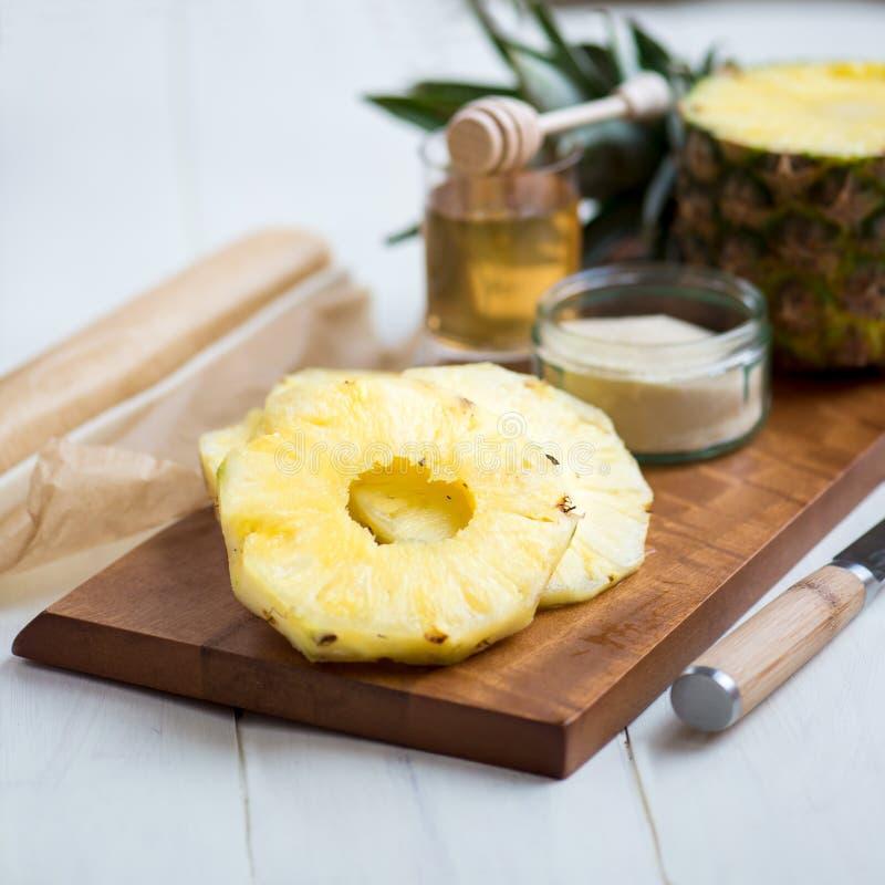 Ingrediënten voor Eigengemaakte honing-Verglaasde Ananastaartjes royalty-vrije stock foto