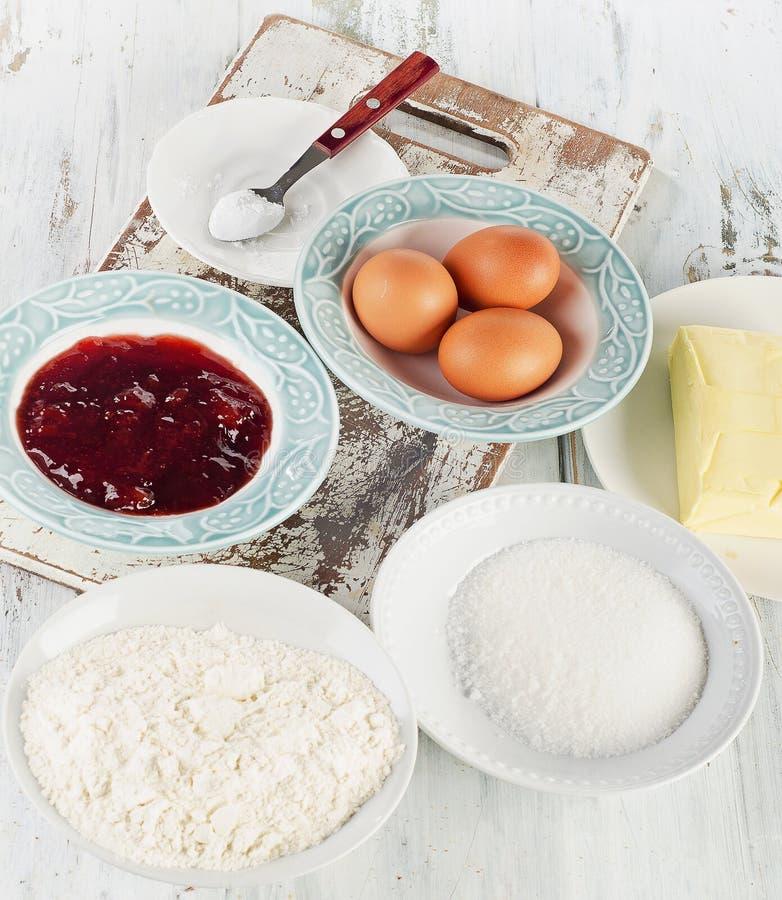 Ingrediënten voor eigengemaakte zoete cake stock foto