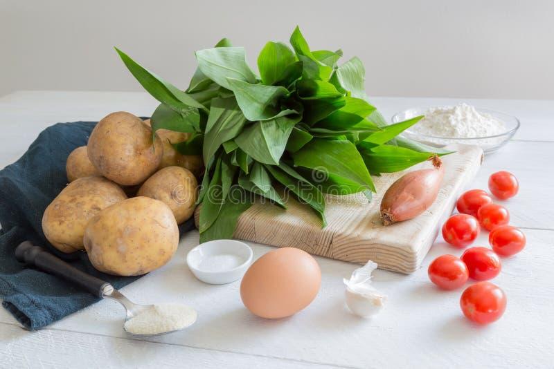 Ingrediënten voor gnocchi met wild knoflook stock afbeelding