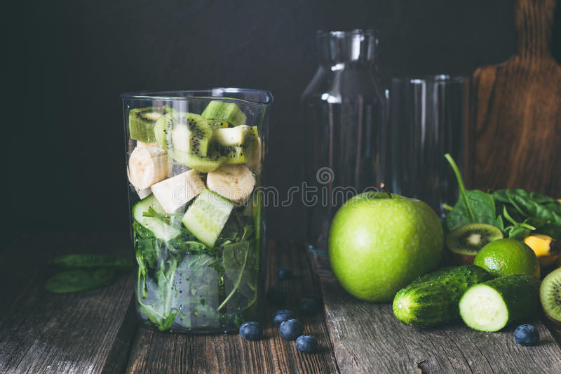 Ingrediënten voor groene smoothie stock afbeelding