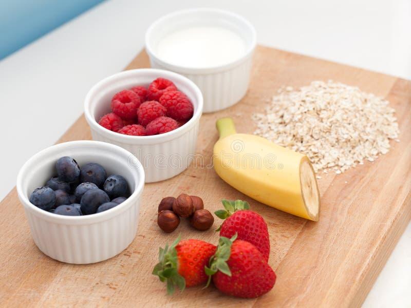 Ingrediënten voor havermeel met vers fruit stock afbeeldingen