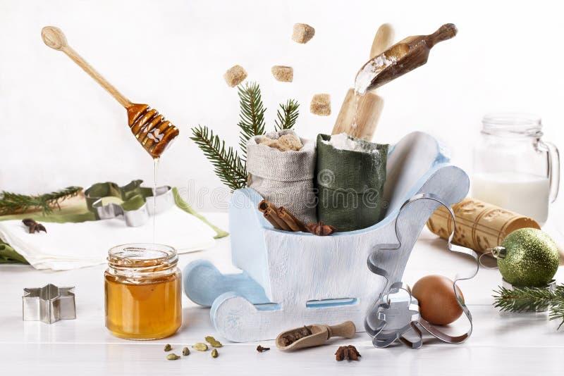 Ingrediënten voor het bakken met kerstmis, koekjes, ontbijtkoek en kookgerei voor het bakken stock foto