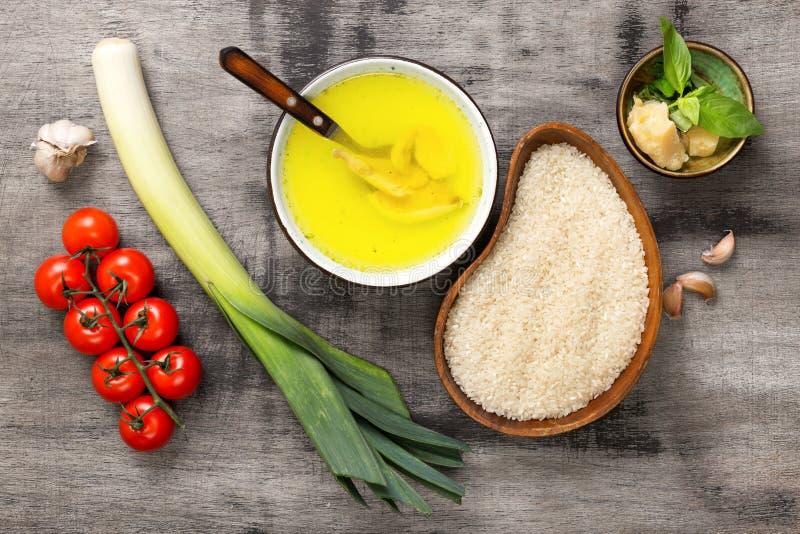 Ingrediënten voor het koken Italiaanse risotto op een houten lijst stock afbeeldingen