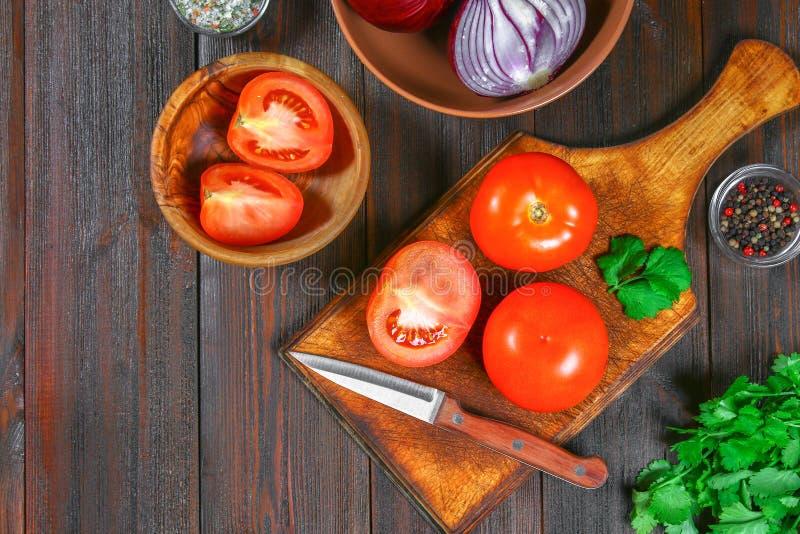 Ingrediënten voor het koken traditionele Mexicaanse enchiladas Tomaten, koriander, rode ui, kippenfilet, tortilla's, kukurznye vl royalty-vrije stock afbeeldingen