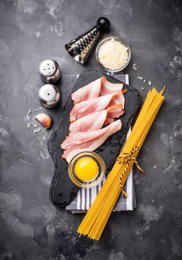 Ingrediënten voor het koken van deegwaren Carbonara stock foto's