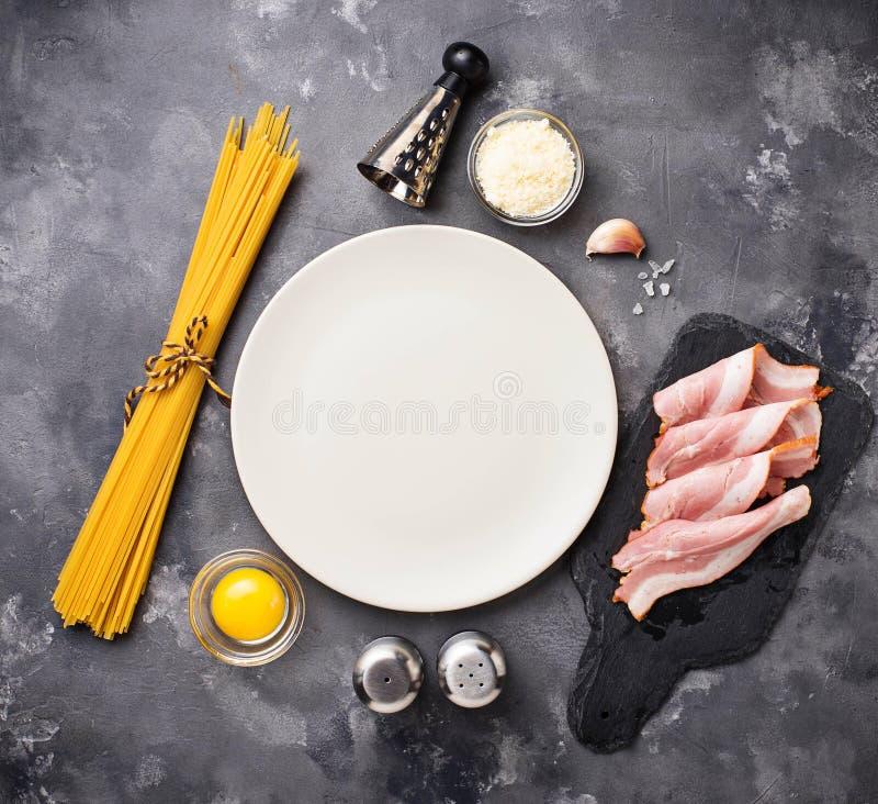 Ingrediënten voor het koken van deegwaren Carbonara royalty-vrije stock foto