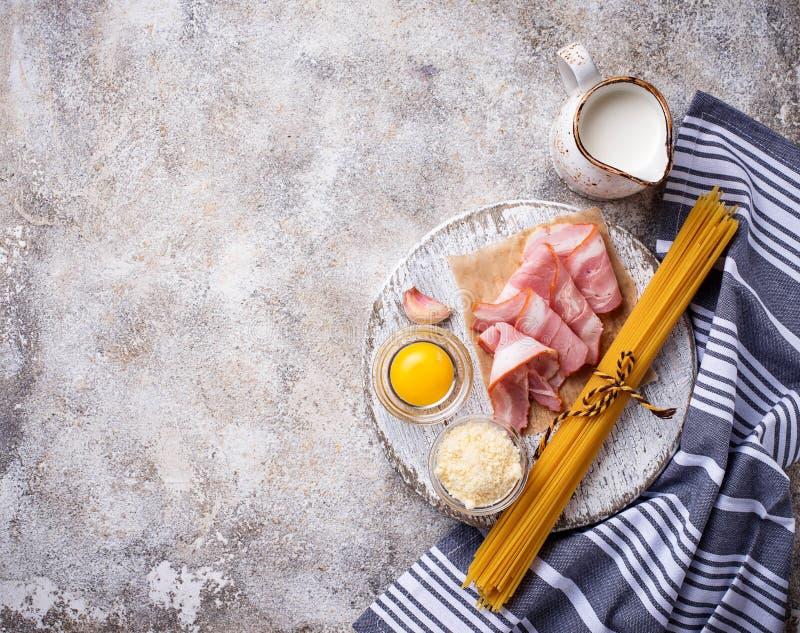Ingrediënten voor het koken van deegwaren Carbonara royalty-vrije stock fotografie