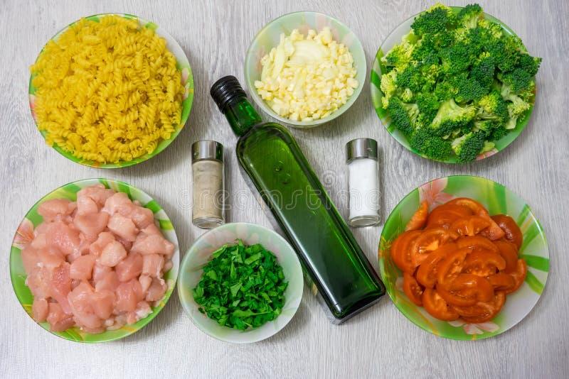 Ingrediënten voor het koken van deegwaren met kip en broccoli royalty-vrije stock foto