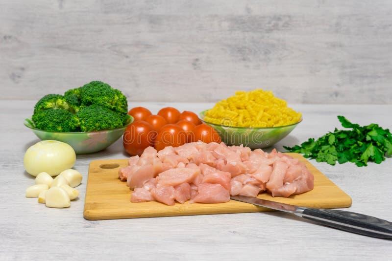 Ingrediënten voor het koken van deegwaren met kip en broccoli die liggen royalty-vrije stock fotografie