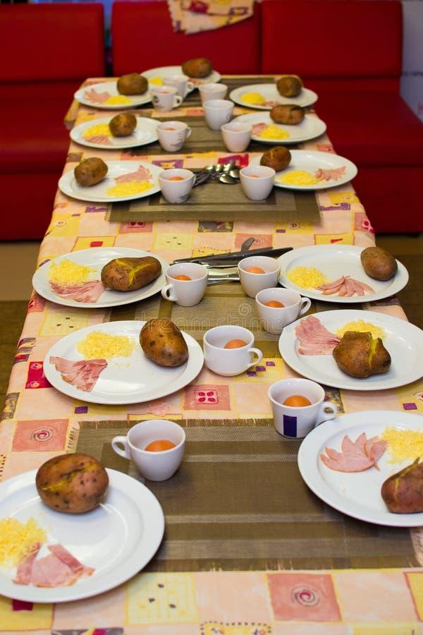 Ingrediënten voor het koken van gevulde aardappels door kinderen stock foto's