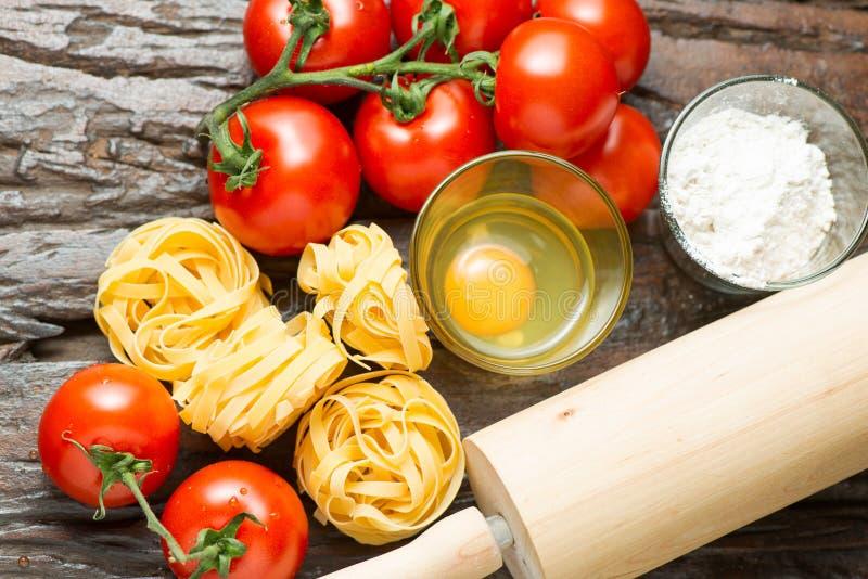 Ingrediënten voor het koken van mediterraan voedsel op oude houten lijst royalty-vrije stock afbeelding