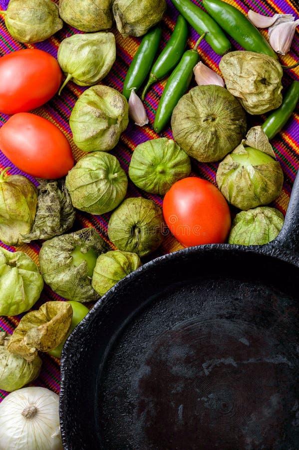 Ingrediënten voor het koken van Mexicaanse groene saus royalty-vrije stock afbeeldingen