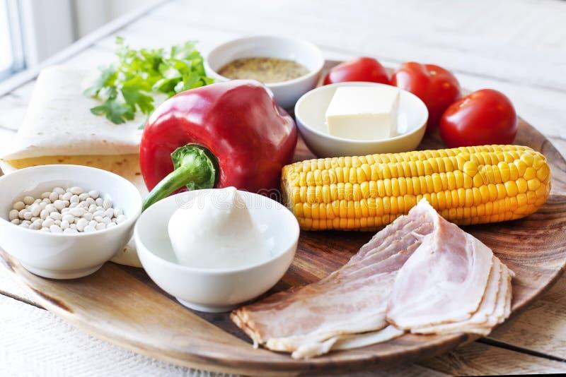 Ingrediënten voor het koken van Mexicaanse Quesadilla-omslag stock foto