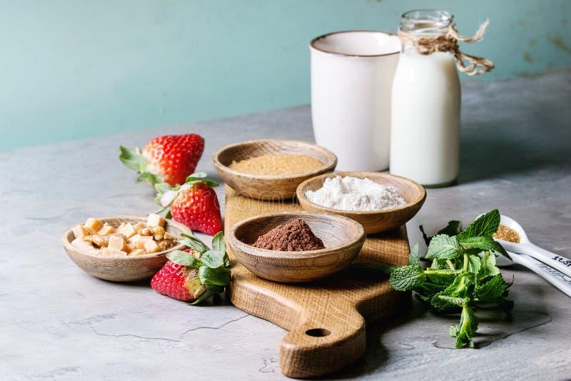Ingrediënten voor het koken van mokcake royalty-vrije stock afbeeldingen