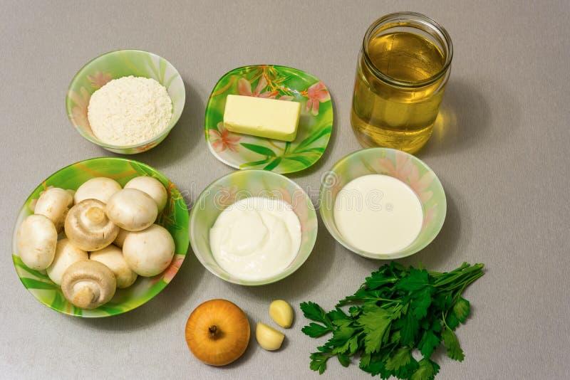 Ingrediënten voor het koken van Stroganoffjus: paddestoelen, ui, garl royalty-vrije stock foto's