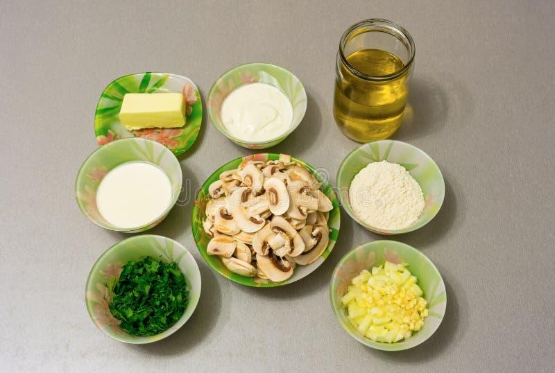 Ingrediënten voor het koken van Stroganoffjus: paddestoelen, ui, garl stock afbeeldingen