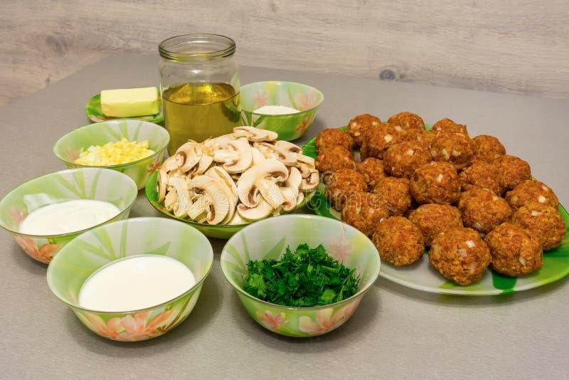 Ingrediënten voor het koken van vleesballetjes met Stroganoffjus: fijngehakt royalty-vrije stock foto