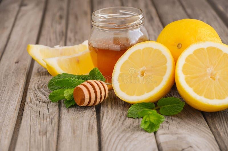Ingrediënten voor het maken van limonade - citroen, munt en honing stock afbeelding