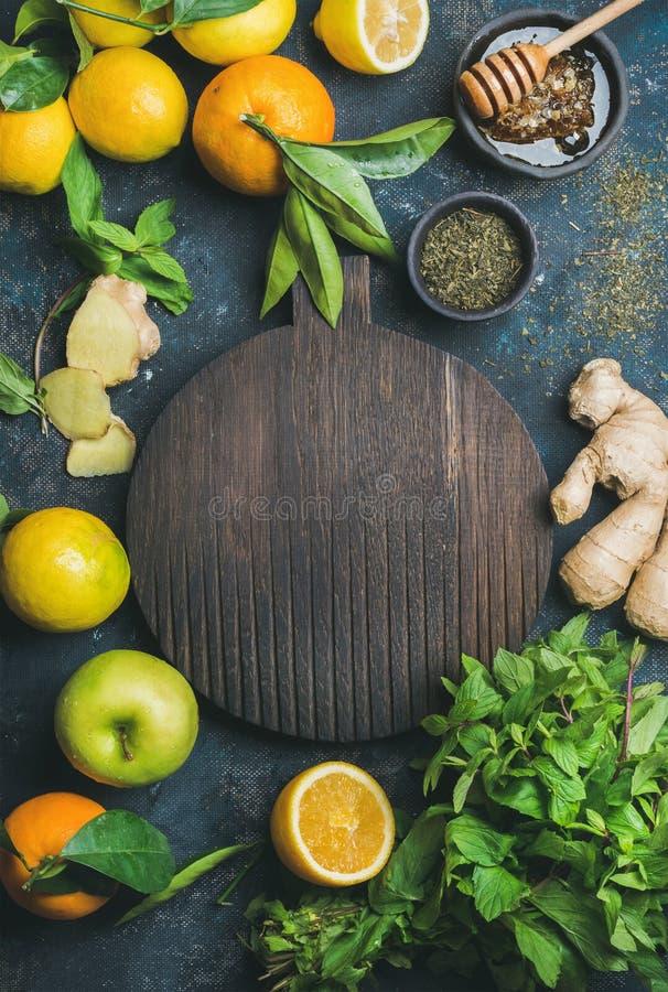 Ingrediënten voor het maken van natuurlijke drank, houten ronde raad in centrum stock foto's