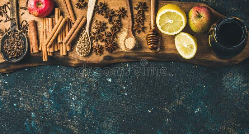Ingrediënten voor het maken van overwogen wijn over blauwe geschilderde triplexachtergrond stock foto's