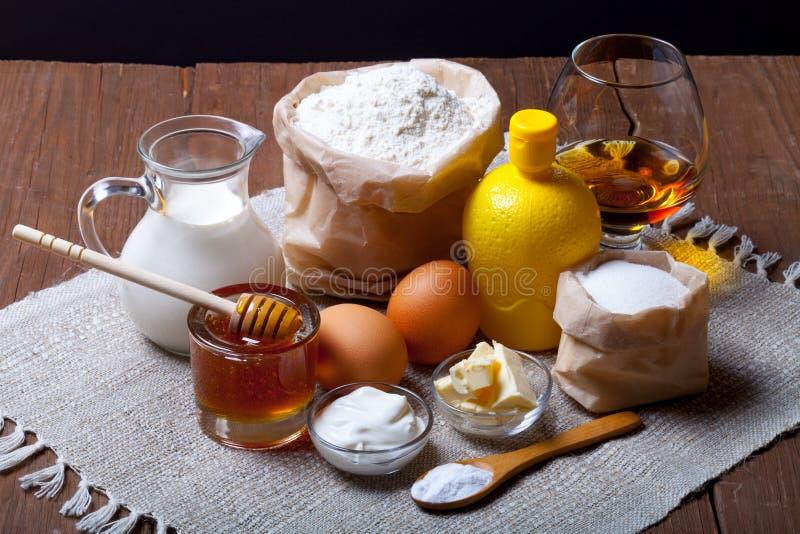 Ingrediënten voor honingsgebakje op oud donker houten lijst en linnen royalty-vrije stock fotografie