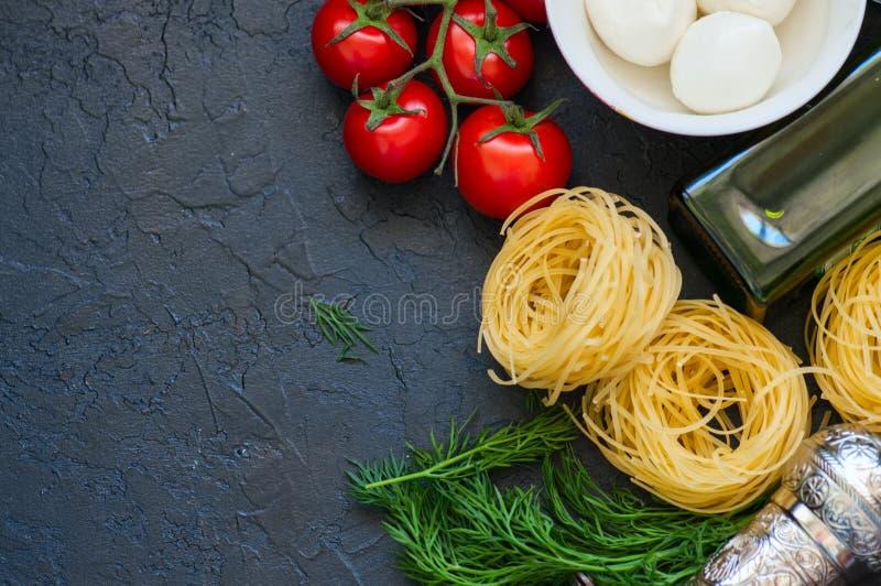 Ingrediënten voor Italiaans diner Olijfolie, dille, kersentomaten stock foto's