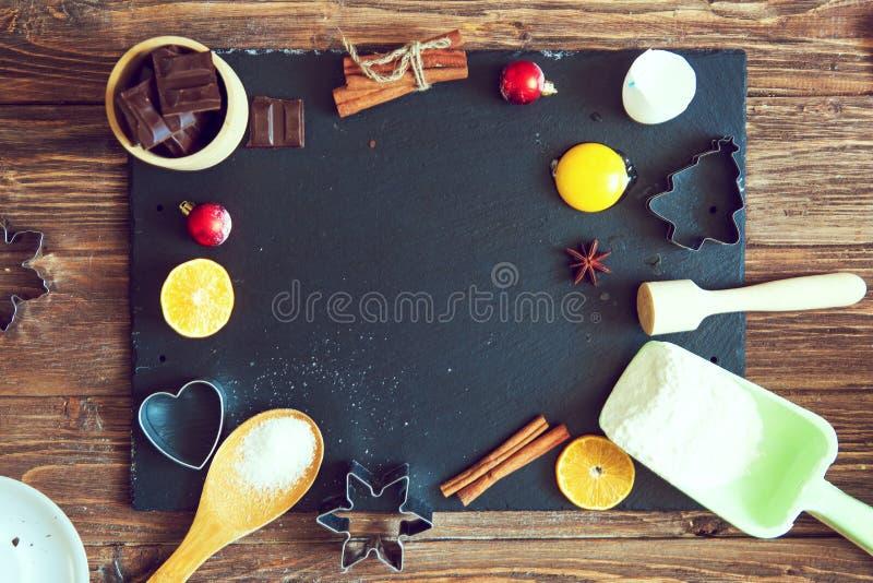 Ingrediënten voor Kerstmis, de koekjes van het de winterbaksel Bloem, Amerikaanse veenbessen, droge sinaasappelen, kaneel, kruide stock foto