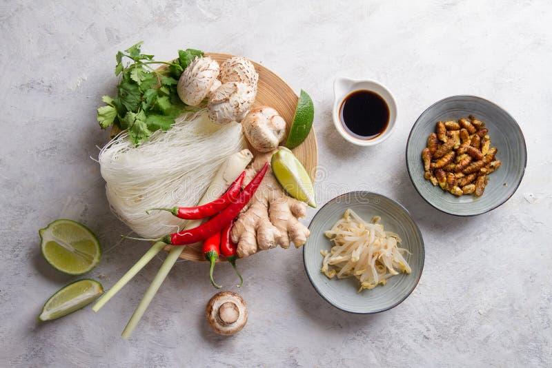 Ingrediënten voor kruidig Aziatisch voedsel met gebraden insect royalty-vrije stock afbeeldingen