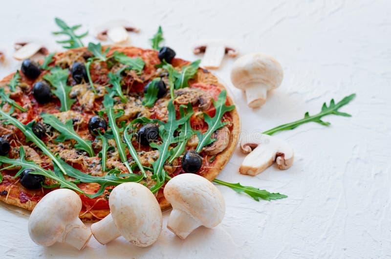 Ingrediënten voor pizza - de verse paddestoelen op de witte lijst met vrij exemplaar plaatsen op de rechterkant uit elkaar Vegeta stock fotografie