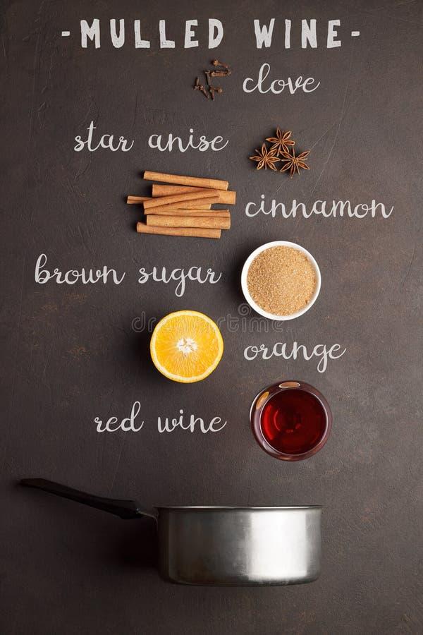 Ingrediënten voor recept van overwogen wijn met tekst op bruine steenachtergrond stock fotografie