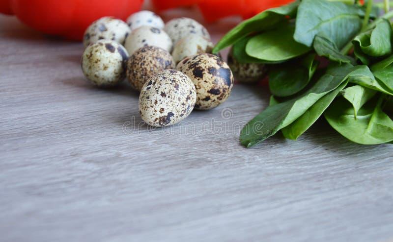 Ingrediënten voor salade met kwartelseieren en spinazie op een houten Raad royalty-vrije stock afbeelding