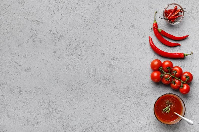 Ingrediënten voor saus De tomaten van de kers en Spaanse peperpeper stock afbeeldingen