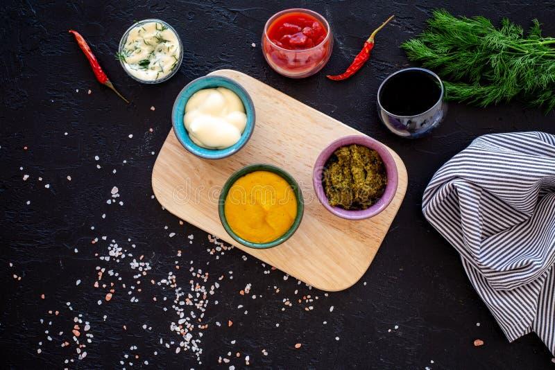 Ingrediënten voor schotels Onderdompeling sause, het kleden zich Ketchup, mayonaise, mosterd, sojasaus, barbecuesaus, pesto, most stock foto's