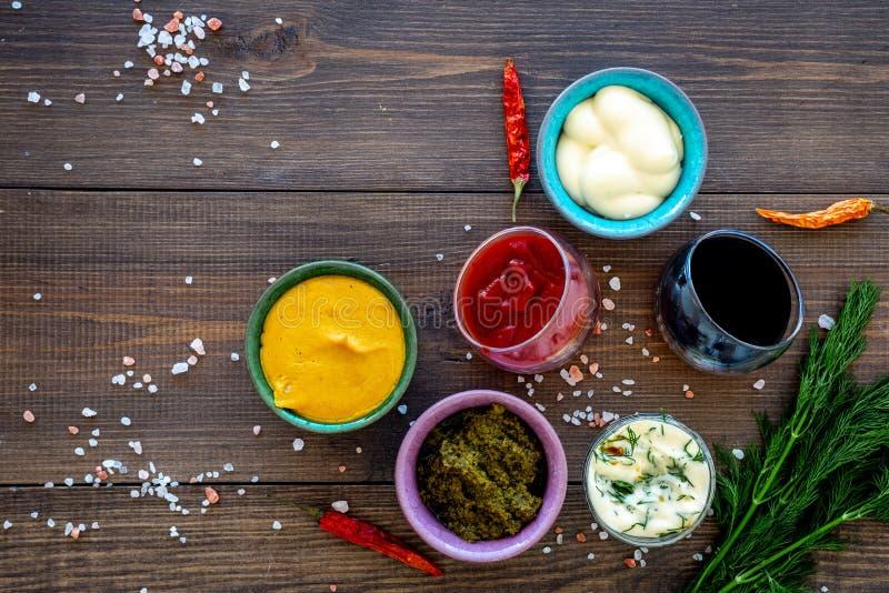 Ingrediënten voor schotels Onderdompeling sause, het kleden zich Ketchup, mayonaise, mosterd, sojasaus, barbecuesaus, pesto, most royalty-vrije stock afbeeldingen