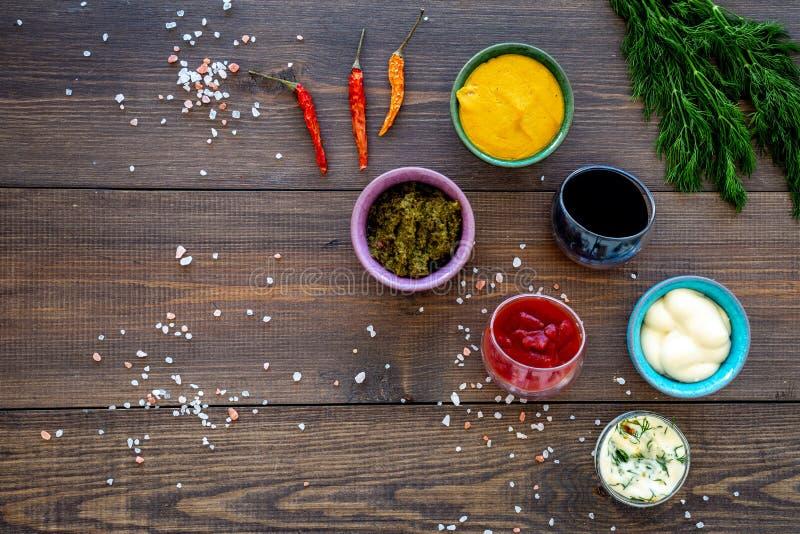 Ingrediënten voor schotels Onderdompeling sause, het kleden zich Ketchup, mayonaise, mosterd, sojasaus, barbecuesaus, pesto, most stock foto